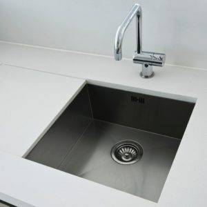 Single-bowl undermount kitchen sink
