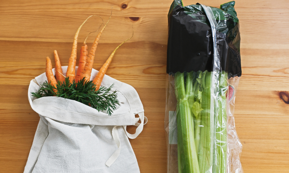 Reusable grocery bag vs plastic package for vegetables